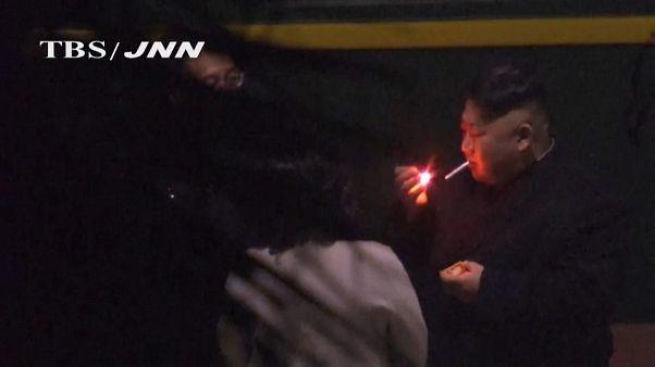 شاهد: الزعيم  الكوري يدخن في محطة للقطارات وأخته تمسك بالمطفأة