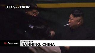 Kim Jong Un s'accorde une pause cigarette pendant son périple