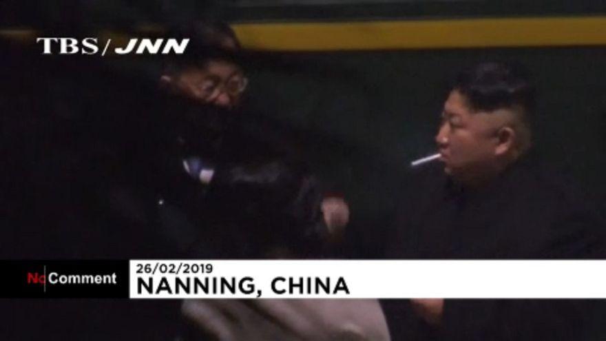 ویدئو؛ استراحت کیم جونگ اون حین توقف قطار در مسیر نشست ویتنام