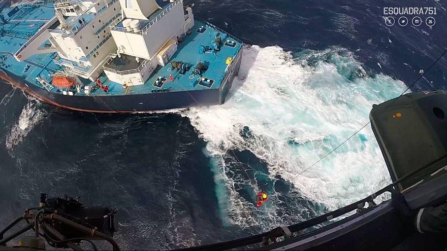 Força Aérea resgata comandante de navio grego nos Açores