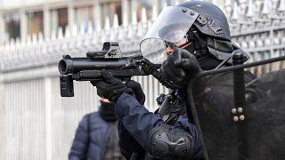 پلیس فرانسه در حال استفاده از تفنگ پرتابگر گلولههای پلاستیکی ۴۰ میلیمتری