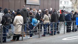 شاهد: طوابير طويلة للمهاجرين بفرنسا لاستصدار بطاقات الإقامة
