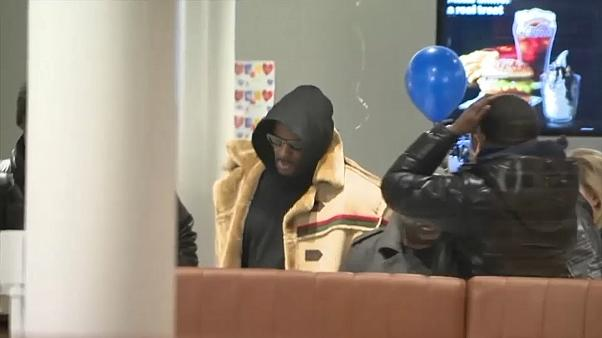 شاهد: الكاميرات ترصد النجم آر كيلي في أحد مطاعم ماكدونالدز بعد إطلاق سراحه