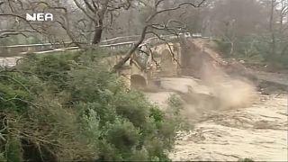 Girit'te asırlık taşköprü sel sularıyla yıkıldı