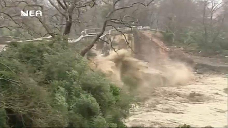 شاهد: الفيضانات في اليونان تدمر جسرا عريقا عمره أزيد من 100 عام