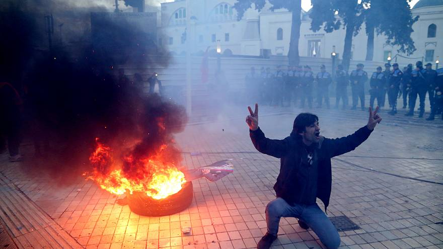 Αλβανία: Διαδηλωτές πολιορκούν τη Βουλή