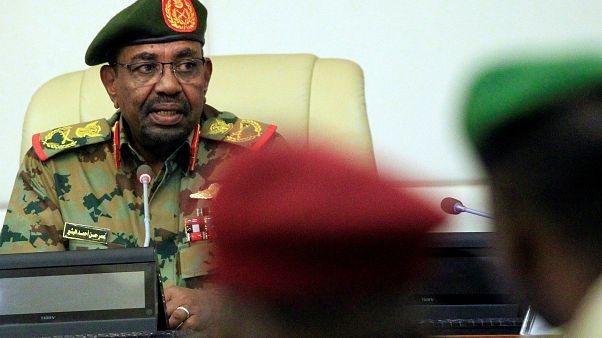 البشير يعلن تشكيل محاكم طوارئ والتعديلات في صفوف الجيش مستمرة