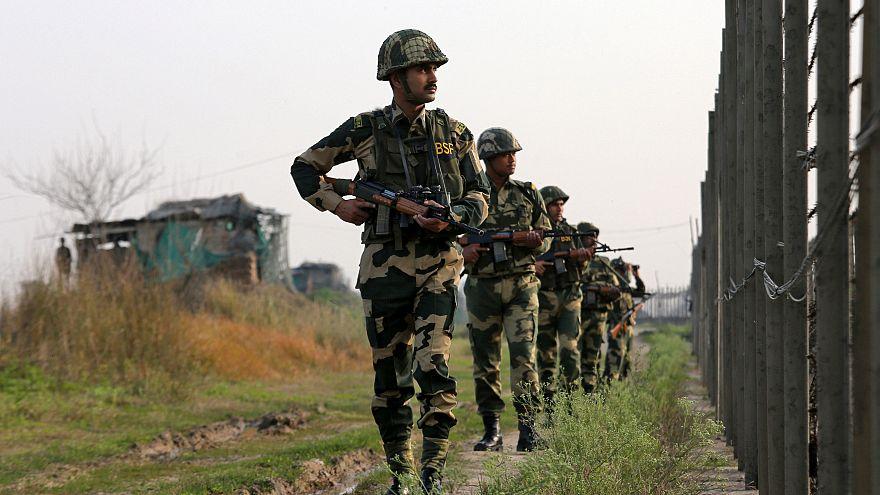 قوات حرس الحدود الهندية في دورية قرب الحد الفاصل للحدود مع باكستان