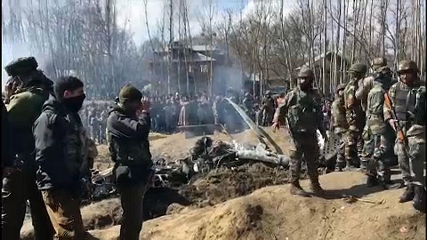 Pakisztán lelőtt két indiai harci repülőgépet, India lezárta több repterét