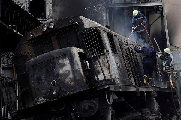 رجال الإطفاء يحاولون السيطرة على حريق اندلع في محطة قطارات رمسيس في القاهرة