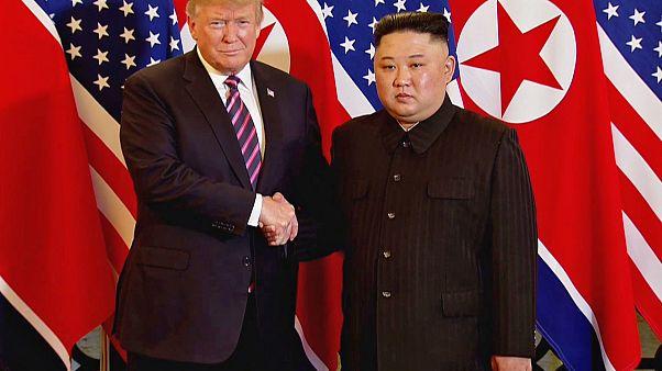 شاهد: مصافحة بين كيم جونغ أون ودونالد ترامب في ثاني مقابلة تاريخية للزعيمين