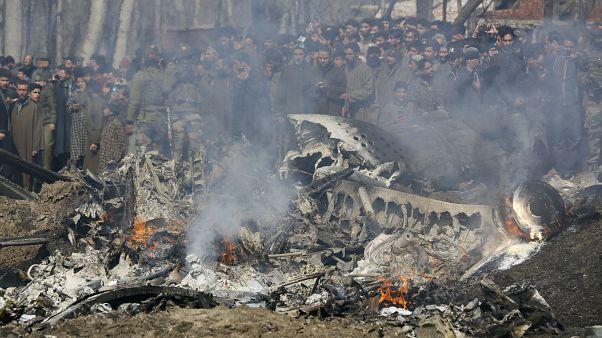 Keşmir'in Srinagar kenti yakınlarında düşen Hindistan'a ait helikopter