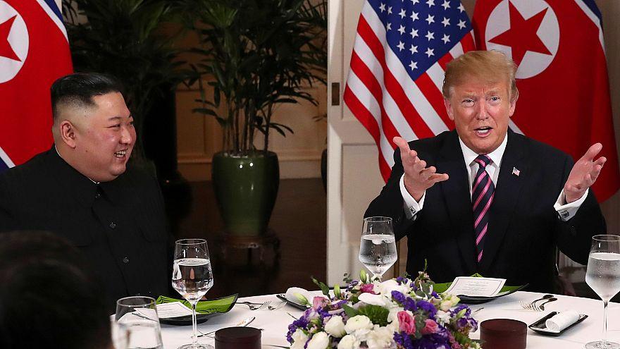 ترامب وكيم قبل بدء العشاء