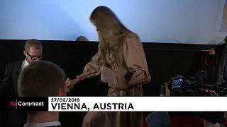 3 Männer und 1 Sturz: Opernball-Stargast Elle Macpherson in Wien