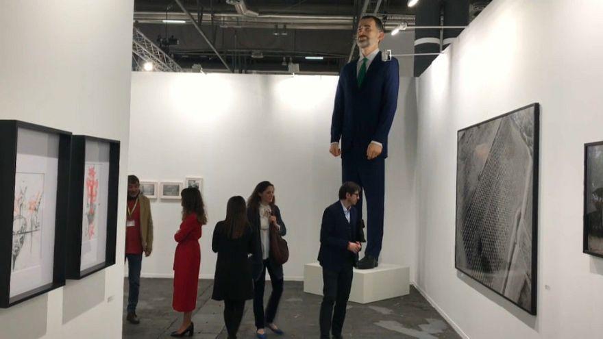 Un ninot del rey Felipe VI caldea las galerías de Arco 2019