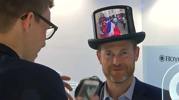 الشاشات الذكية تصل إلى القبعات والحقائب