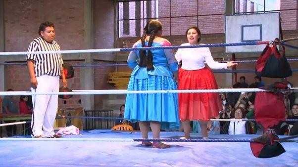 Las cholitas luchadoras de Bolivia, con faldas y a lo loco