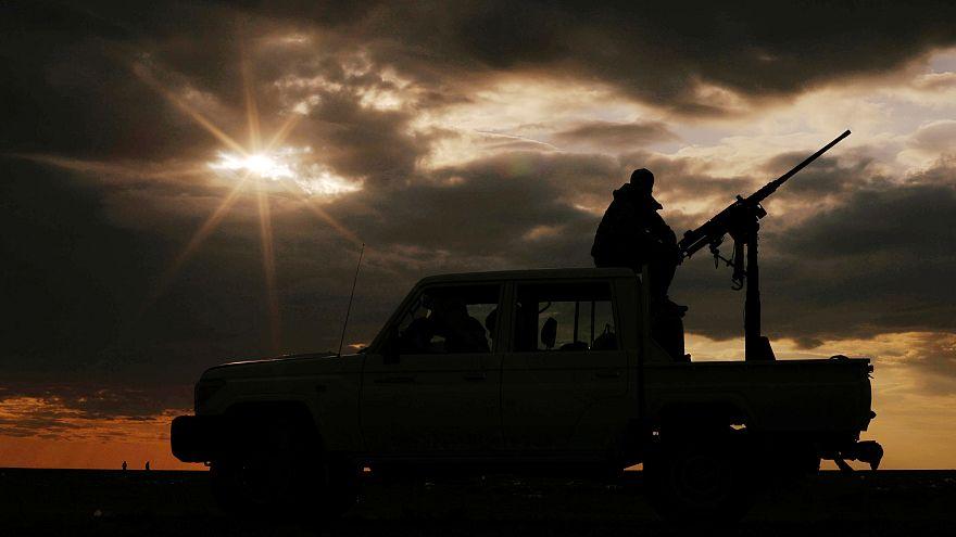 أحد مقاتلي قوات سوريا الديمقراطية فوق مركبة بالقرب من دير الزور