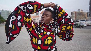 نادير تاتي المتباهية بقارتها تركز في تصاميمها على هويتها وأصولها الأفريقية