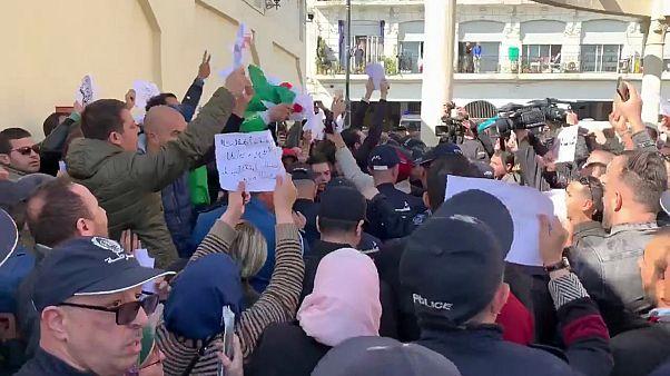 شاهد: اعتقال عشرات الصحفيين في الجزائر من قبل عناصر الأمن