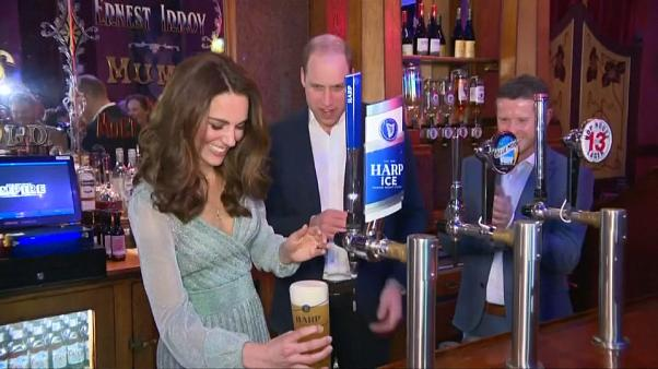 Kate und William zapfen Bier