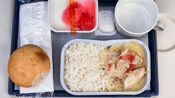 Uçak yolcusunun yemeğinden insan dişi çıktı