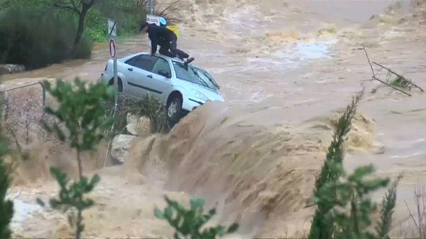 لحظات نجات یک مرد گرفتار شده در سیلاب در پخش زنده تلویزیونی