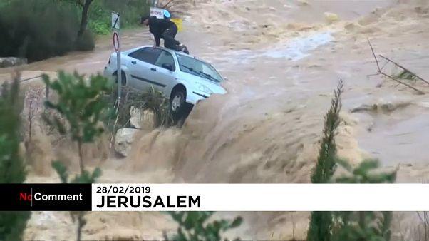 Un homme réfugié sur le toit de sa voiture secouru pendant une inondation