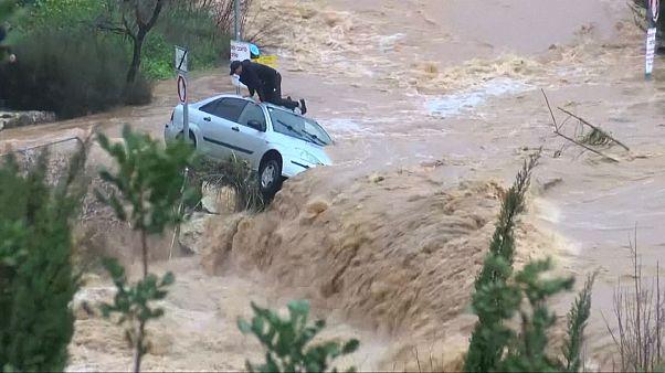 Sturzflut in Israel: Mann hängt im Auto fest