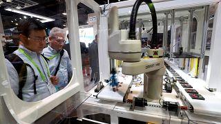 شرکتهای آمریکایی بیش از پیش ربات را جایگزین نیروی انسانی میکنند