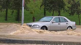 شاهد: فيضانات مفاجئة في الأردن تشل حركة السير في عمّان