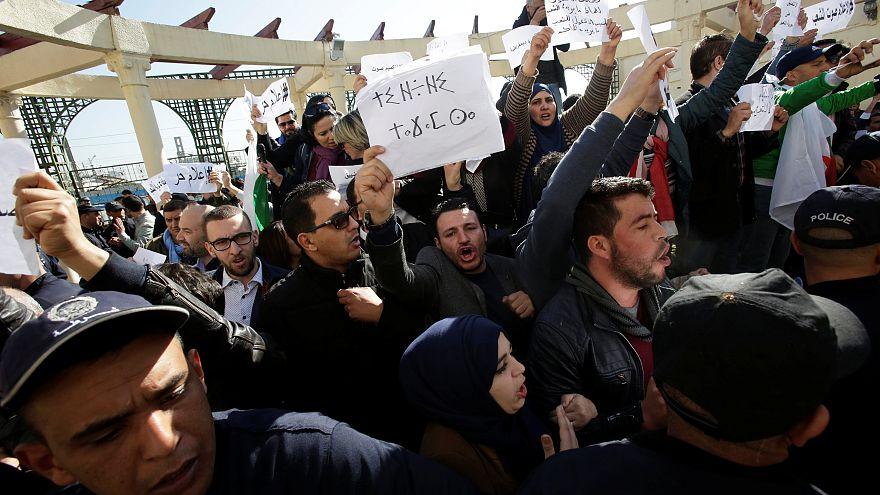 Hükümet karşıtı gösterileri haber yapamayan gazetecilerin protestosuna polis müdahalesi