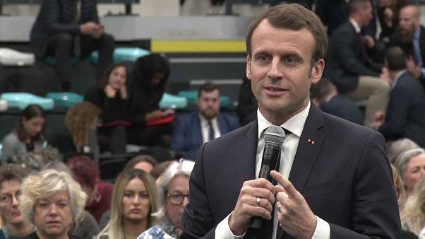 """Une """"gilet jaune"""" offre un cadeau embarrassant pour Emmanuel Macron"""