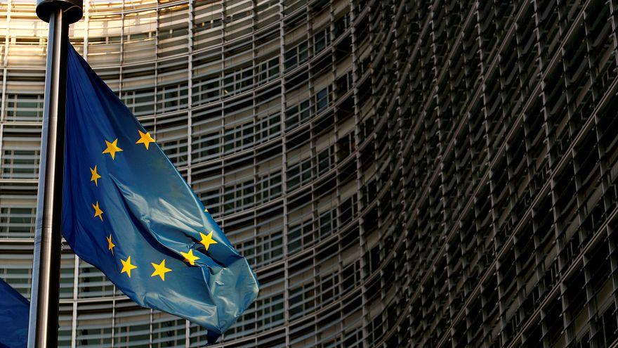 علم الاتحاد الأوروبي أمام مقر المفوضية الأوروبية في بروكسل