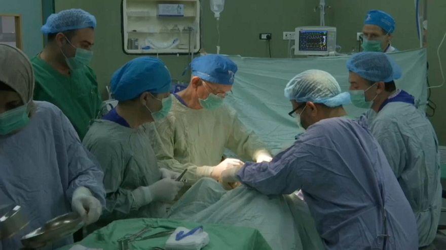 شاهد: أطباء متطوعون من فرنسا يساعدون المصابين الفلسطينيين في غزة