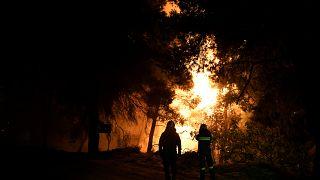 Feuerwehrleute bekämpfen einen Brand in Griechenland.