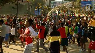 Spor salonuna parası yetmeyen yüzlerce Etiyopyalı meydanlarda terliyor