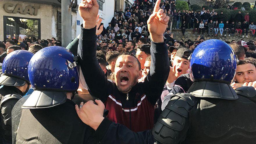 Cezayir'de on binler Buteflika'nın 5. dönem adaylığını protesto etti