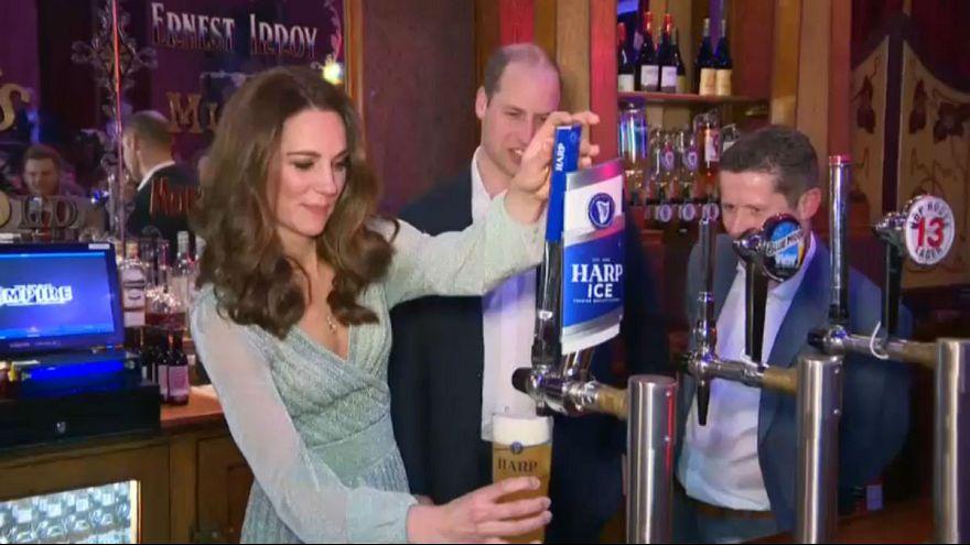 گلچین ویدئوهای بدون شرح هفته؛ نخست وزیران بیلیاردباز و ضیافت آبجوی سلطنتی