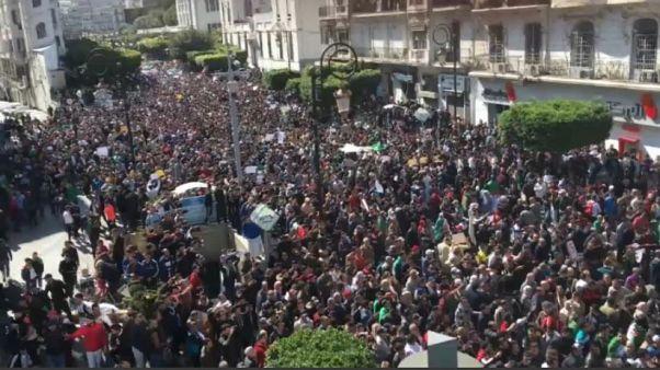 Algeria: migliaia in piazza contro Bouteflika