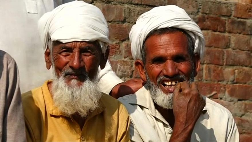 من سكان قرية ثاتا ديلوان الباكستانية