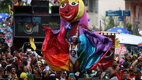 Brésil : le carnaval enflamme Rio