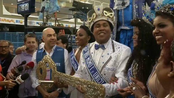 "Le ""roi Momo"" a donné le coup d'envoi du carnaval de Rio"