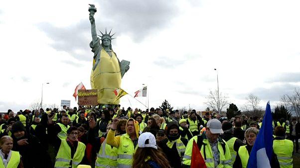 جلیقه زرد برای مجسمه آزادی در شهر کلمار فرانسه
