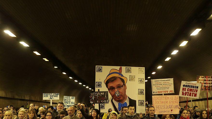 """Miles de serbios denuncian """"las mentiras de Aleksandar Vucic"""""""