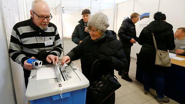 ناخبو إستونيا يتوجهون إلى مراكز الاقتراع وسط تقدم حزب شعبوي