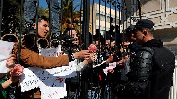 تواصل الاحتجاجات في الجزائر في يوم تقديم الرئيس بوتفليقة ترشحه للولاية5