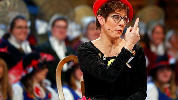 Merkel'in halefinin 'ayakta mı oturarak mı işemesini bilmeyen erkekler için tuvalet' şakasına tepki