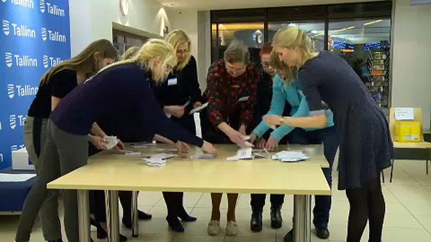 На выборах в Эстонии побеждает оппозиция