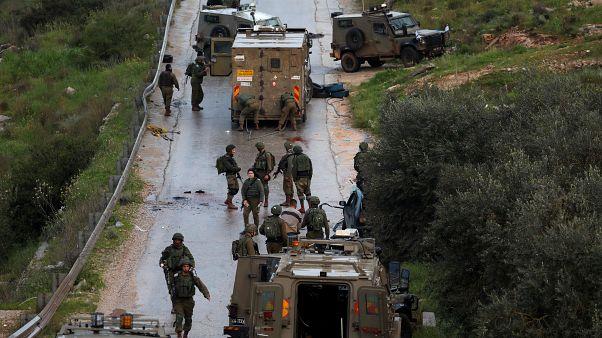 مجموعة من الجنود متجمعين في مكان الحادث